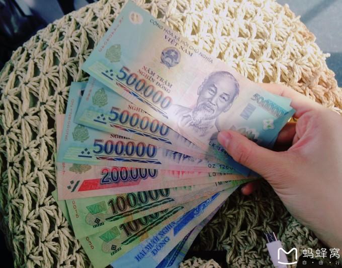 首先你要知道在国外atm取钱是要收两笔手续费的,一笔是中国的银行收的