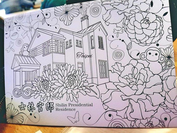 选了这张黑白手绘风格的明信片,还有几只小猴在屋顶花丛中,寓意着猴