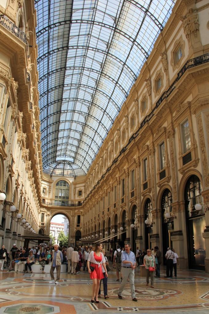 米兰入境,由于时差原因,到达米兰时正值当地时间清晨,我们旅行团一行人办理完毕入境手续后就风尘仆仆地开始了第一天的游览。 意大利历史悠久,名胜古迹众多,是欧洲之行不可或缺的地方,如果说罗马是意大利的政治中心,佛罗伦萨是意大利的文艺中心(欧洲文艺复兴发源地),那么米兰当之无愧的就是意大利的经济中心。米兰是意大利的第二大城市,是欧洲人口最密集与工业最发达的地区。是世界时尚之都,以传统歌剧和时装闻名。就普通大众而言,米兰的最初印象就是时装之都,每年的米兰时装周吸引了大批的游客,蒙特拿破仑大街上的时装商店举世闻名,