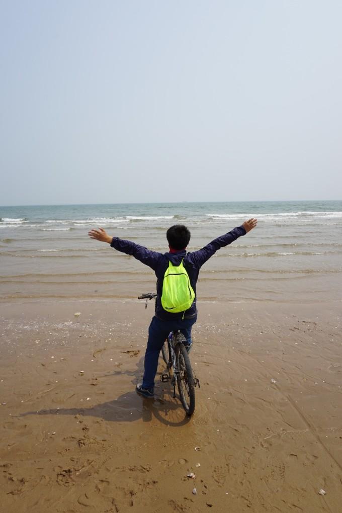 巴拉。。。真是人在自然永如赤子,撒欢似的扑向渤海湾最为清澈的海水和干净的海滩,心情之愉悦,不由分说。 敞开怀抱,去迎接,海风的疯,海浪的浪,在海滩上骑行,放眼望去,也是没谁了。一路向东到尽头,在海滩上骑车,实在人生小小的理想之一的快感和兴奋之感,一直延续到今天回到北京在办公室里梳理心情的时候,意犹未尽。那些洒满贝壳的海滩(如图),或许是小时候,那些见过大海或没有见过大海的孩纸,对于自由最大最深邃的崇拜。 小记木有妹纸看,全都是本人的碎碎念。我很fat,但是人仍然能fly(如图),飞翔给人自由,正如面罩上切