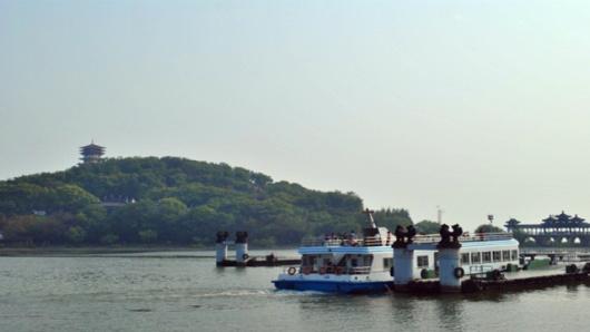 沿途乘船观赏鼋头渚风光,三山仙岛秀丽风景地处太湖之滨,风景优雅秀丽